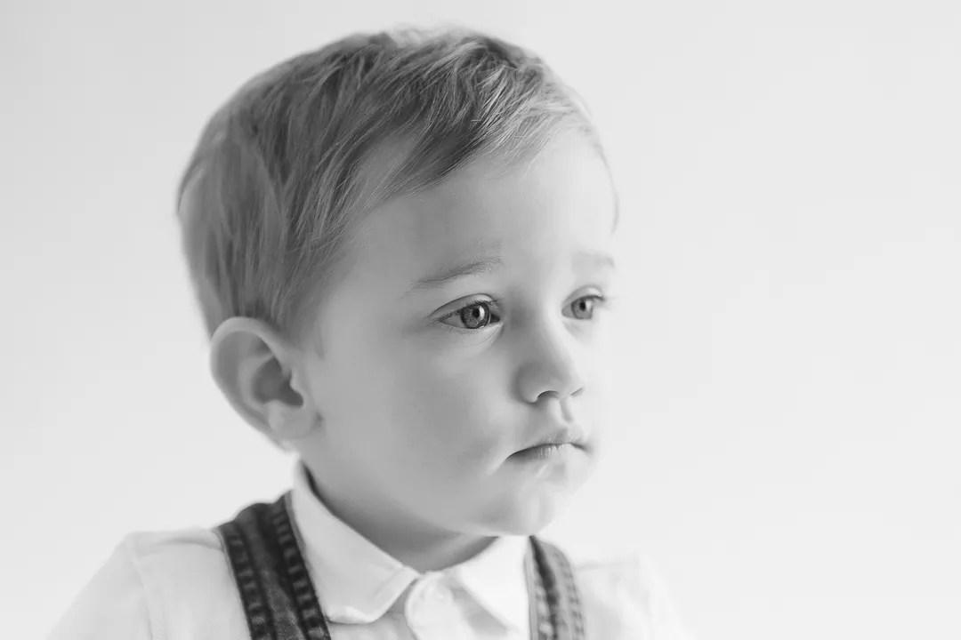 portrait bébé mélancolique en noir et blanc