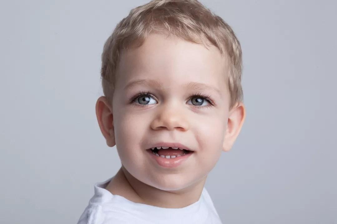 portrait enfant garçon de deux ans blond aux yeux verts