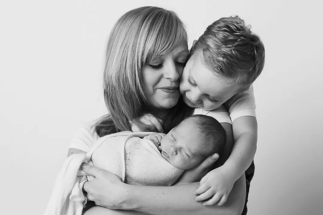 portrait maman enfant avec nouveau-né