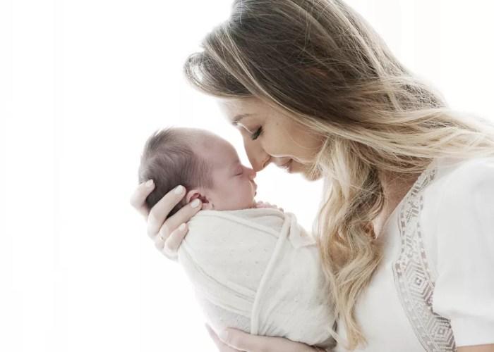 portrait nouveau-né maman claire et minimaliste