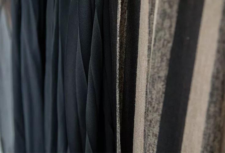 une partie des tissus disponibles au studio - diverses teintes : unies et imprimées - matières variées : dentelles, soies, voilages, lin, jersey, tulles...