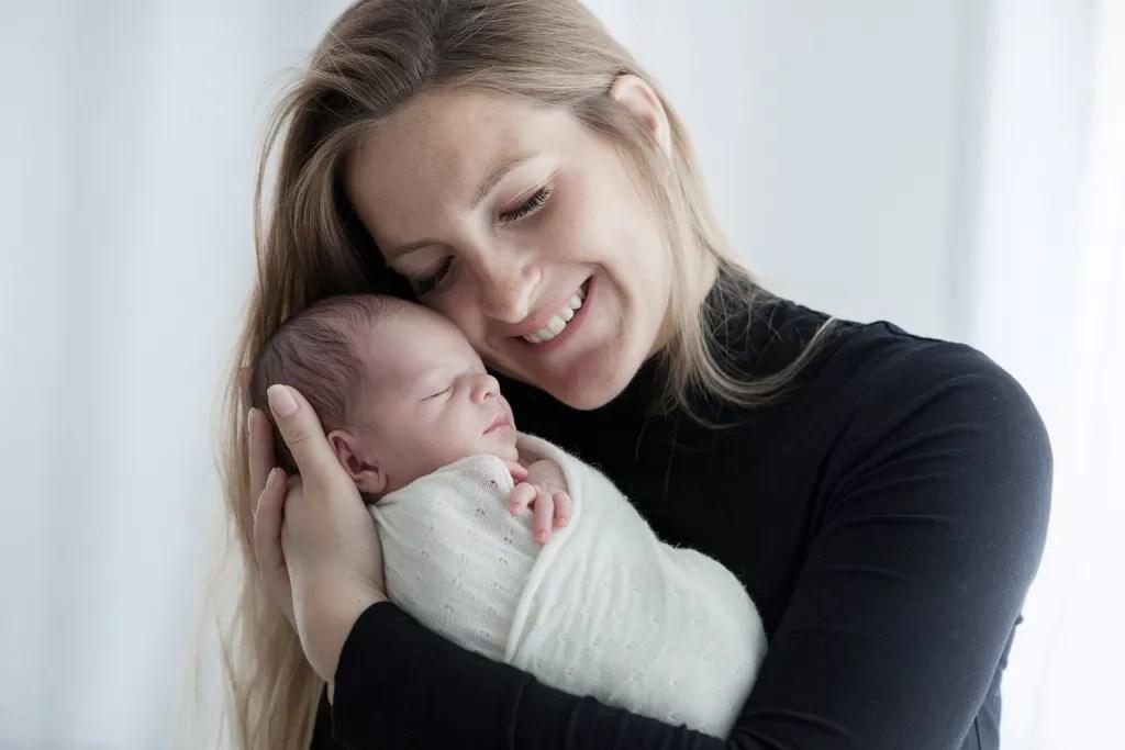portrait tendre maman et son nouveau-né