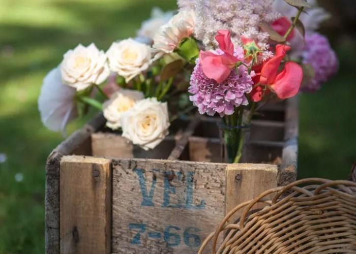 fleurs pastelles dans caisse en bois vintage créatrice mademoiselle consellation