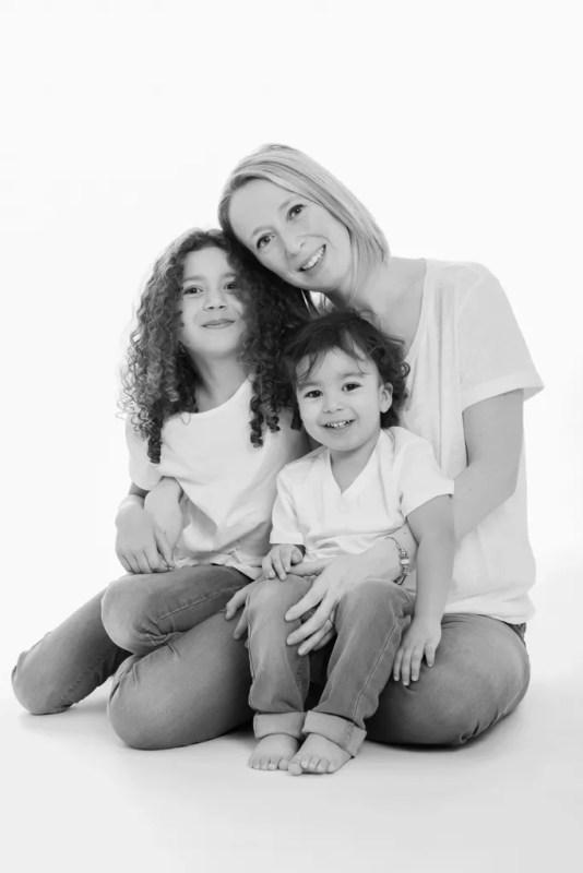 portrait maman et ses enfants en noir et blanc