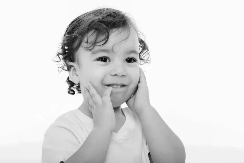 portrait noir et blanc petit garçon aux cheveux bouclés