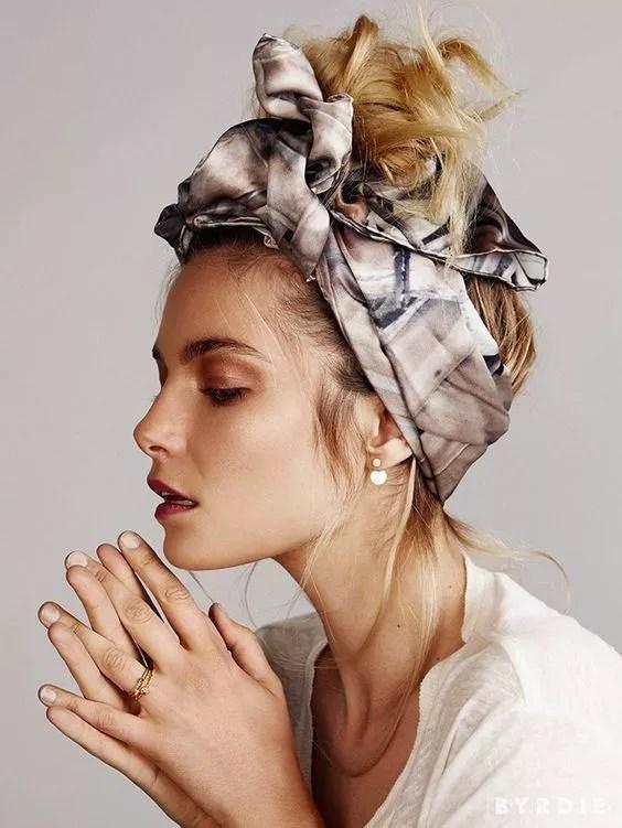 coiffure bun avec foulard en satin
