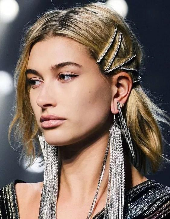 coiffure barrettes sur cheveux blond long