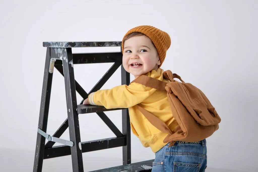bébé qui sourit tenue streetwear bébé 1 an