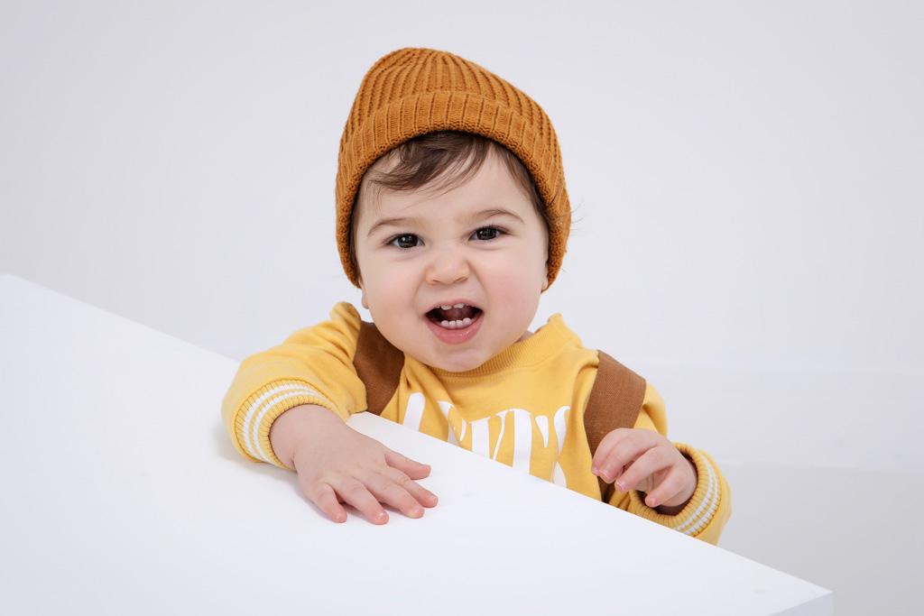 bébé qui fait une grimasse