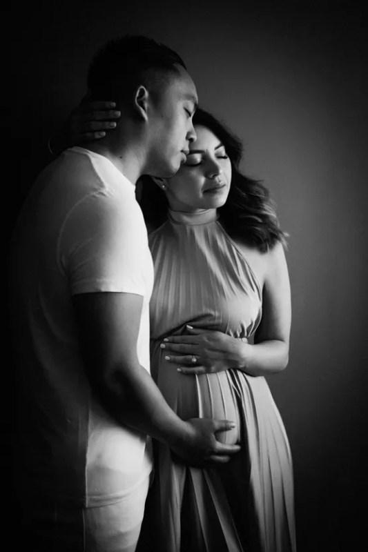 portrait grossesse en couple noir et blanc