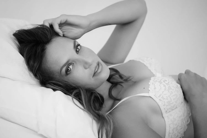 portrait photo séance boudoir en lingerie blanche