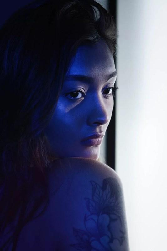 shooting femme asiatique avec gélatine de couleurs studio photo paris