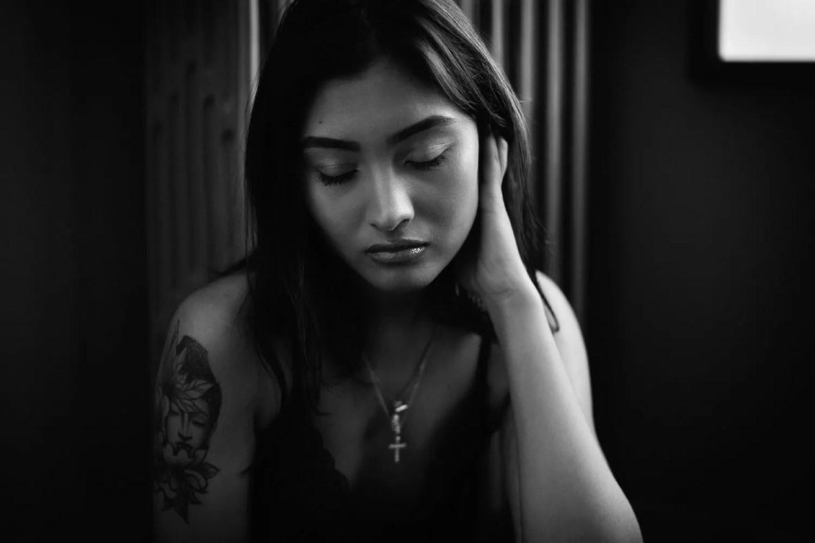 shooting femme portrait en noir et blanc studio photo paris