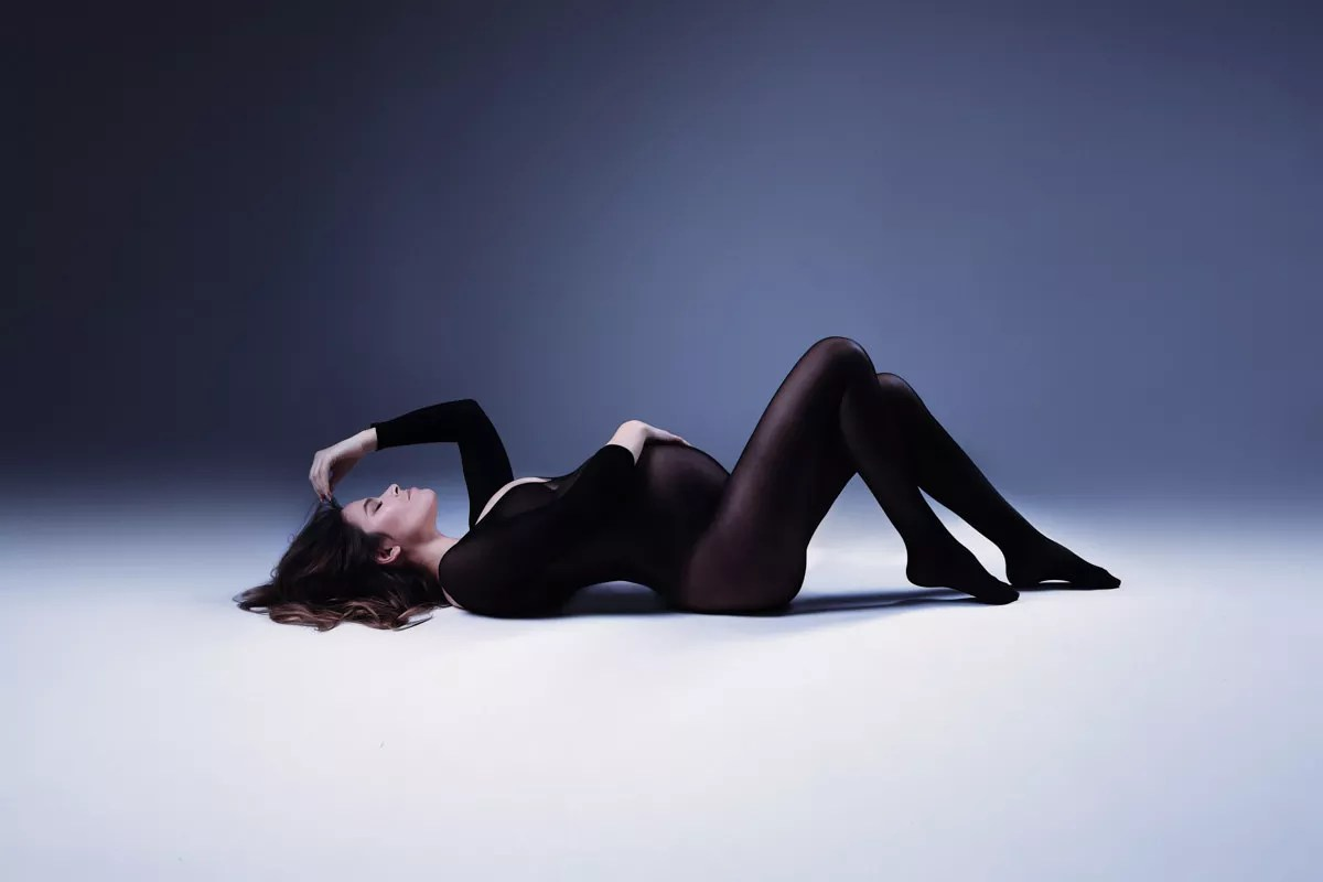 séance photo grossesse pose allongée en body
