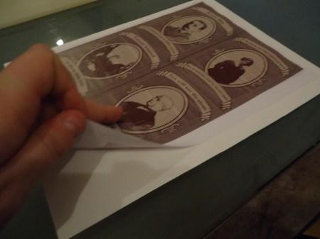 Når du har fått lim på hele baksiden av motivet fester du det til det litt tykkere papiret. Jeg brukte akvarellpapir størrelse A4+, 200g/m2 tykkelse.