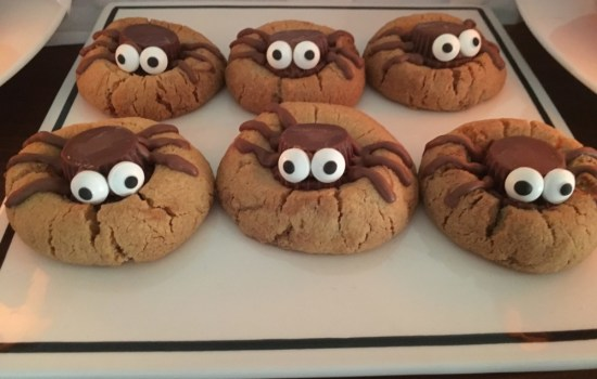 Halloween spider biscuits