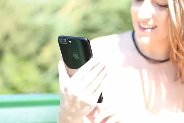fille utilisant l'iphone