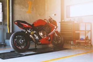 moto a punto en el garaje