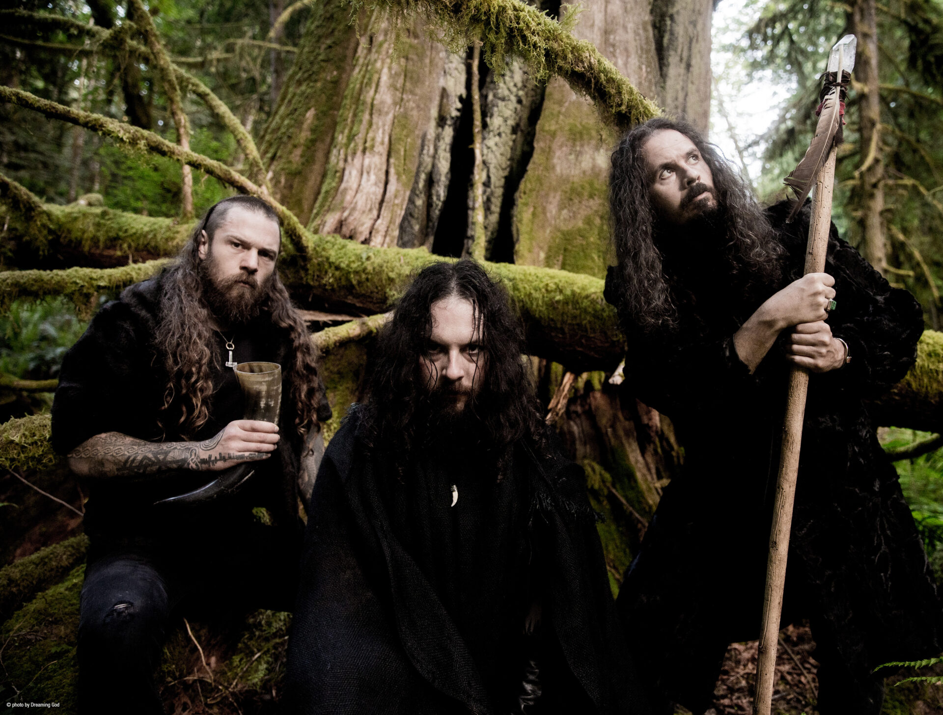 You are currently viewing <strong>WOLVES IN THE THRONE ROOM</strong></br>Promenons-nous dans les bois…