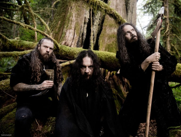 Read more about the article <strong>WOLVES IN THE THRONE ROOM</strong></br>Promenons-nous dans les bois…