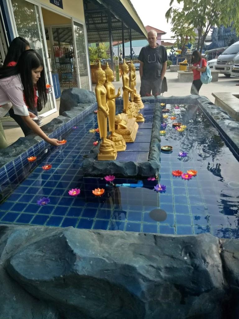 בריכת משאלות במקדש הכחול צ'אנג ראי