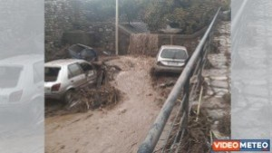 immagine news calabria-video-meteo-nubifragi-auto-trascinate-dai-torrenti-in-piena