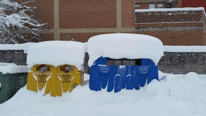 Contenedores cubiertos de nieve