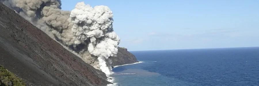 Stromboli leruzione continua centinaia di barche per ammirare la sciara del fuoco con la lava