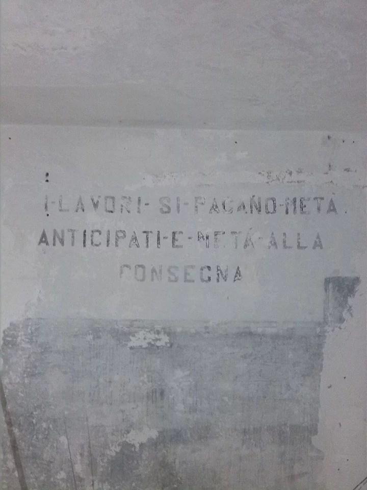 scritta sul muro apparsa durante i lavori di tinteggiatura