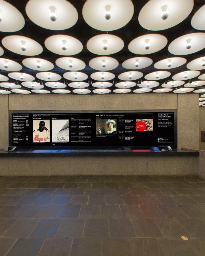 Vue de la paroi de support derrière le bureau d'information dans le hall Met Breuer