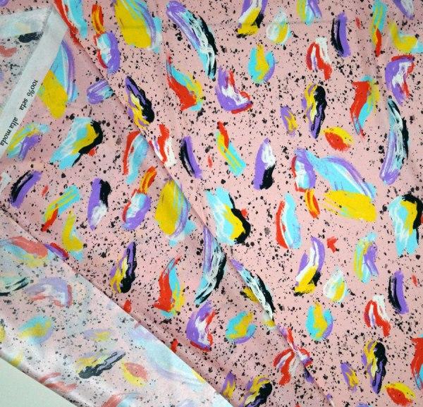 Tessuto envers satin seta disegno astratto macchie multicolor fondo rosa