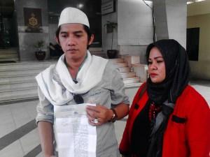 Ketua Garuda Akbar Syarif dan kuasa hukumnya menunjukan bukti laporan polisi kepada awak media