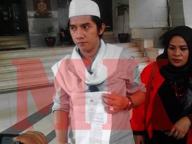 Ketua Garuda Akbar Syarif, saat menujukan bukti Laporan Polisi (LP) di Mabes Polri