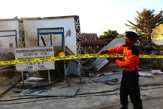 Kebakaran menghangsukan 12 rumah warga dan kantor kepala desa long peso dan 3 lainnya rusak parah.