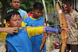 Salah satu peserta pelatihan usia dini dari club panahan SD Ulul Albab di Pusdiklat Panahan Perpani Tarakan, Minggu (23/08).