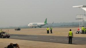 Sejumlah maskapai penerbangan menunda keberangkatan karena kabut asap.