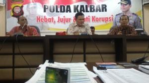 Polda Kalbar didampingi pihak Bank Kalbar saat memberi keterangan pers dan sejumlah barang bukti yang disita.