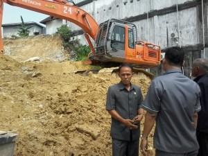 Rombongan Komisi III saat meninjau pengerukan bukit di Jalan Yos Sudarso, Selasa (08/09). (him)