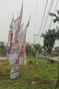APK umbul-umbul paslon gubernur dan wakil gubernur Kaltara di Tanjung Selor yang hanya dipasang menggunakan bambu kecil kerap kali terjatuh.