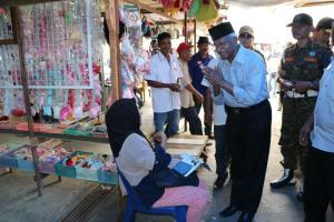 Calon Gubernur Provinsi Kaltara bernomor urut 1 Jusuf SK menyapa ramah para pedagang di Pasar Bom Panjang.