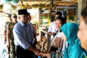 Calon Gubernur Provinsi Kaltara Jusuf SK berbincang dengan para pembeli dan pedang di Pasar Bom Panjang.