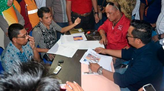 Kuasa Hukum Pejuang Kaltara Yupen Hadi (baju hitam) dan Ketua Tim Pejuang Kota Tarakan Mustafa Daeng Manase (baju merah) kala memperlihatkan bukti-bukti laporan.