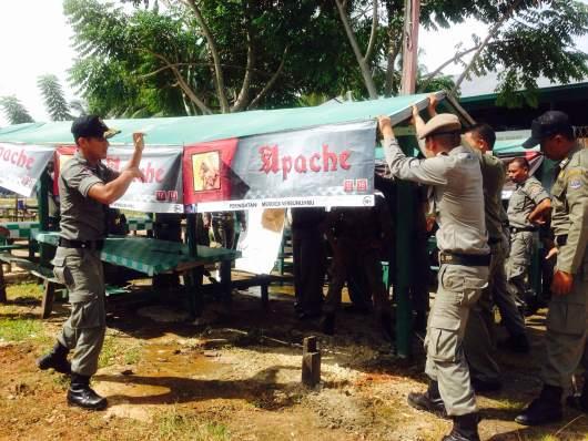 Salah satu gazebo atau tempat makan di Pantai Amal yang dibongkar petugas Satpol PP. (amr)