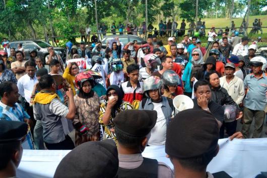 Ketua Srikandi Pejuang Kaltara Bunda Ummi menjadi salah satu orator ratusan massa yang berdemo di depan Sekretariat Panwaslih.