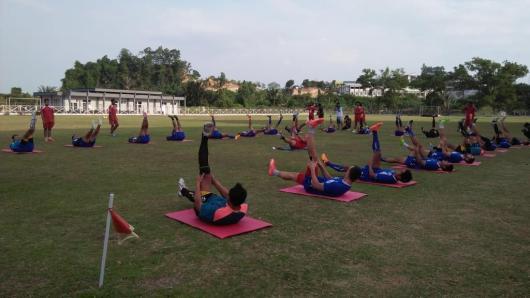 Sejumlah pemain Arema Coronus saat melakukan latihan perdananya di Stadion Sempaja Samarinda.