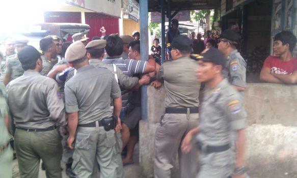 Terlihat sejumlah petugas Satpol PP yang sempat tegang dengan salah satu pedagang di Jalan Slamet Riyadi. (ib)