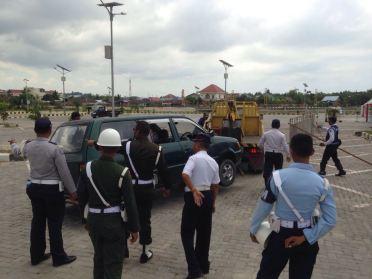 Petugas gabungan terpaksa harus menderek dua mobil yang parkir dekat panggung peresmian Bandara Juwata Tarakan oleh Presiden Jokowi.