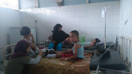 Sejumlah pelajar SDN 10 Mempawah terpak harus dirawat di Puskesmas terdekat lantaran keracunan makanan.