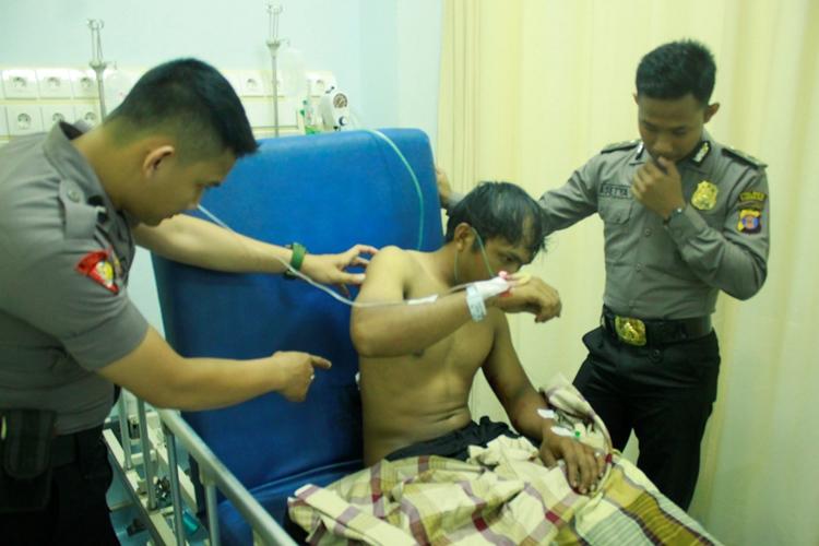 Waldi kala dimintai keterangan oleh petugas saat di IGD RSUD Tarakan.