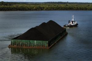 Kapal tongkang batu bara.